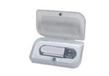 Kunststoffbox mit Magnetverschluss in einem weißen Papierschuber